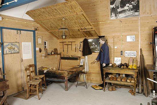 Afbeelding 2 van Busreis klompenmuseum in Eelde en orchideeënbedrijf in Haren